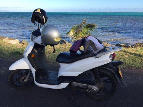 scooting-around-moorea